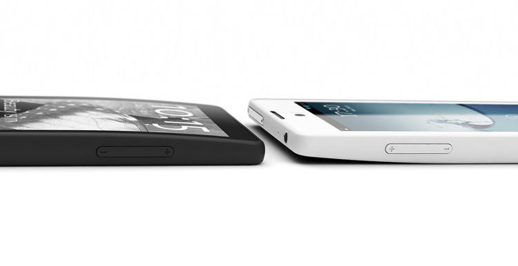 <p>Even with two screens, the YotaPhone's slim size is similar to the iPhone5.</p>