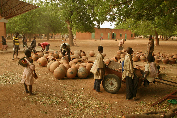 <p>Kéré urged local women to bring the clay pots they traditionally make for cooking and carrying water to the schoolyard.</p>