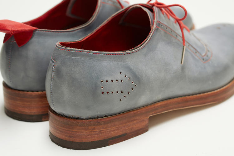 <p>The antenna is that red tab on the left shoe.</p>