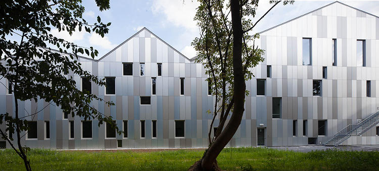 <p>Mirrored slats on the back of the building reflect a maximum amount of light.</p>