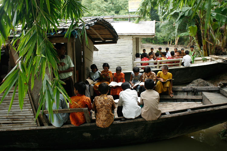 <p>332 schools were destroyed in the 2007 floods. Rezwan's idea? Let's put the schools <em>on</em> the river.</p>
