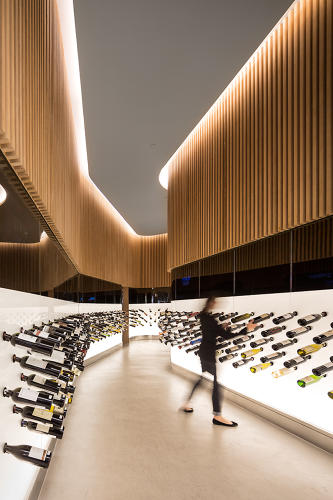 <p>The space is only 100 square meters, but curving walls help to artfully break up the area.</p>