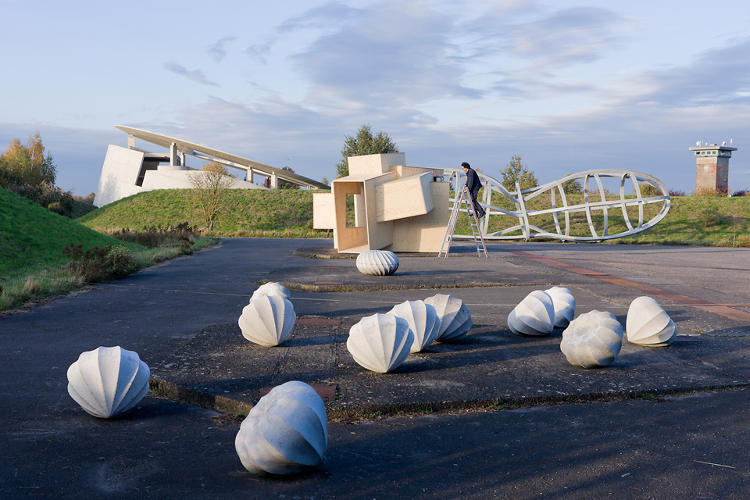 <p>Also at Hombroich, sculpture by Katsuhito Nishikawa and Oliver Kruse (foreground) and the House for Musicians by Raimund Abraham (left).</p>