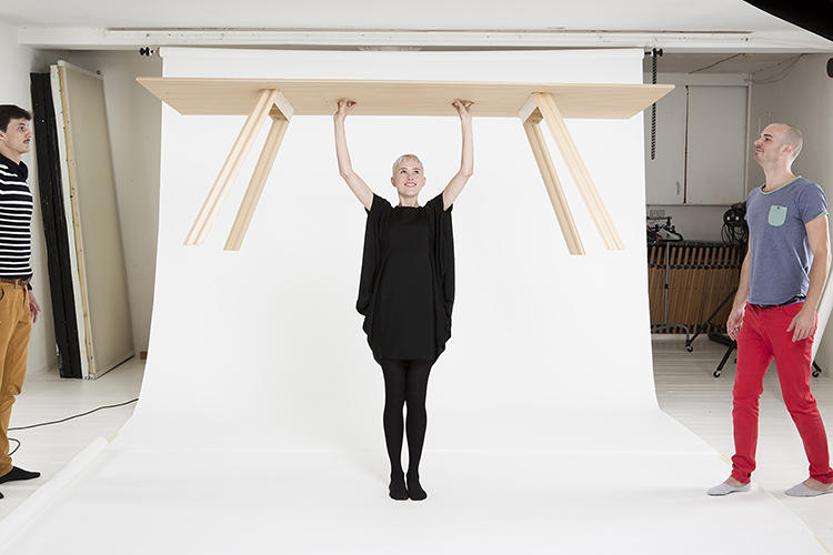<p>This is the world's lightest wooden table.</p>