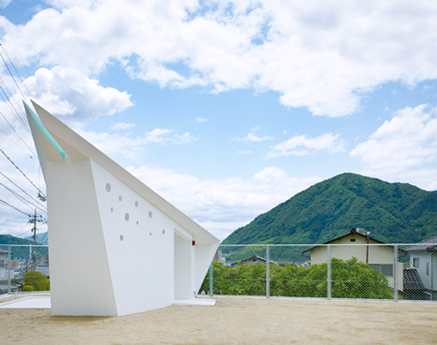 <p>This public toilet by <a href=&quot;http://www.futurestudio.jp/english.htm&quot; target=&quot;_blank&quot;>Future Studio</a> sits on a sandy lot in Hiroshima Park. The sharp roofline resembles, the architects say, an origami crane spreading its wings.</p>