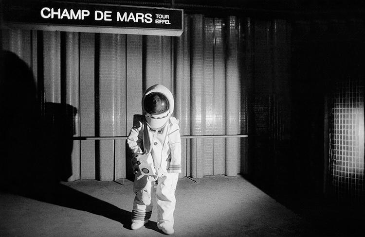 <p>An astronaut gets off at the Champ de Mars.</p>