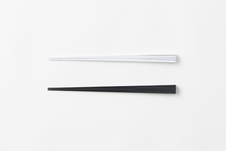 <p>Because of the magnets' polarity, not only do the tips not stick together when eating, but the chopsticks attach to one another when not in use.</p>