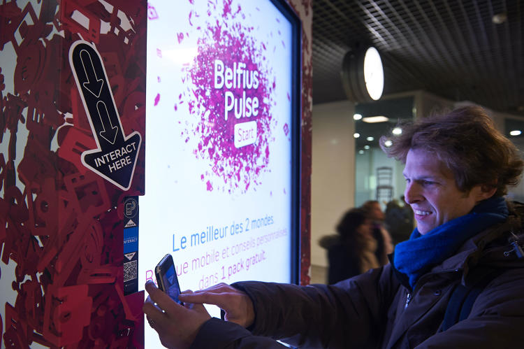 <p>This French-language billboard offers free samples in exchange for a billboard bump (and advertisers obtaining metrics on the customer).</p>