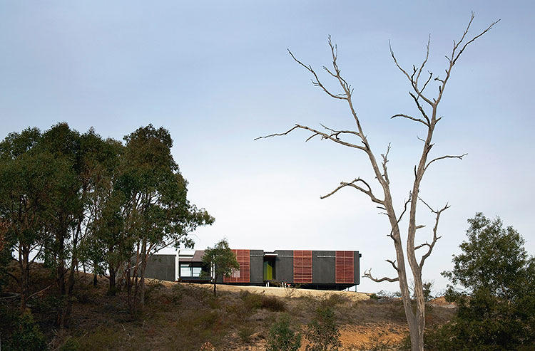 <p>The Mod House's sleek, modernist design is a high-end prefab residence from Australian family business <a href=&quot;http://www.prebuilt.com.au/index.php?action=productcatalogue&amp;prodcat_id=806&amp;prod_id=5369&amp;pageID=6504&amp;sectionID=0&quot; target=&quot;_blank&quot;>Prebuilt</a>.</p>
