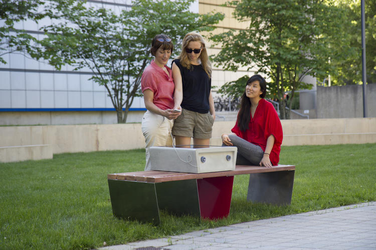 <p>Thanks to a trio of hardware designers and engineers from MIT Media Lab, Boston is now turning to cute benches that can charge mobile devices.</p>
