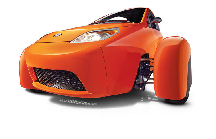<p>It has three wheels and the driver and passenger both sit center-aligned.</p>
