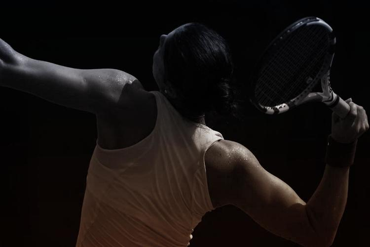 <p>One of the more enthusiastic morning routines I found was Wintour's daily ritual of playing tennis. Starts each day at 5:45 a.m. with an hour-long tennis match.</p>