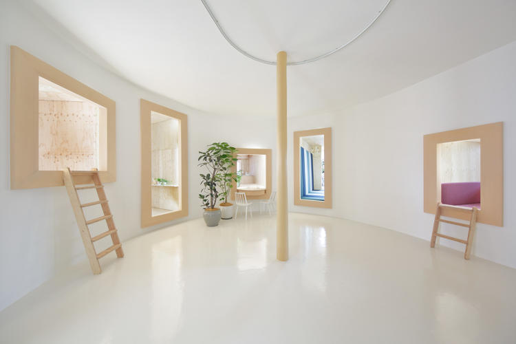 <p>Igarashi took the traditional window and expanded it to add depth. The resulting spaces were transformed into private rooms by Fujimori's furniture.</p>